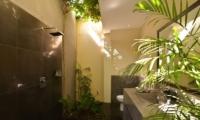 Semi Open Bathroom with Shower - Villa Elok - Batubelig, Bali