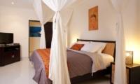 Bedroom with TV - Villa Elok - Batubelig, Bali