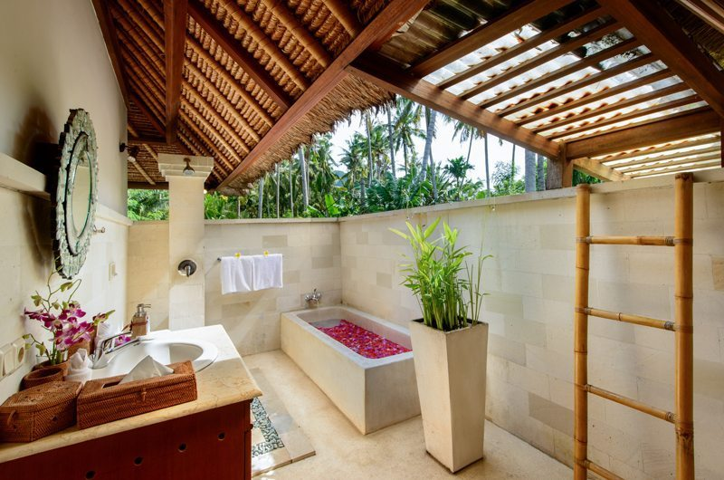 Semi Open Bathroom with Bathtub - Villa Gils - Candidasa, Bali