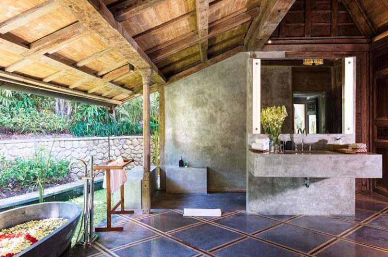 Bathtub with Petals - Villa Hansa - Canggu, Bali