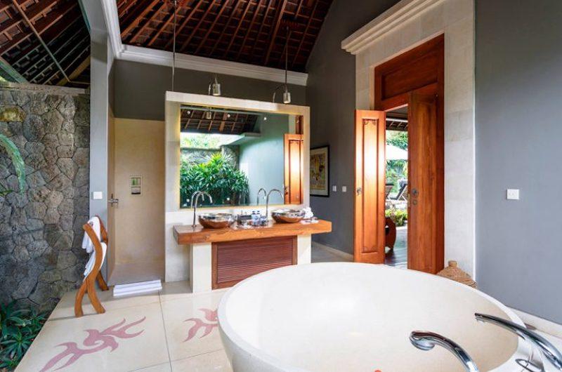 Bathroom with Bathtub and Mirror - Villa Hansa - Canggu, Bali