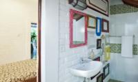 Bedroom and Bathroom - Villa Hari - Seminyak, Bali