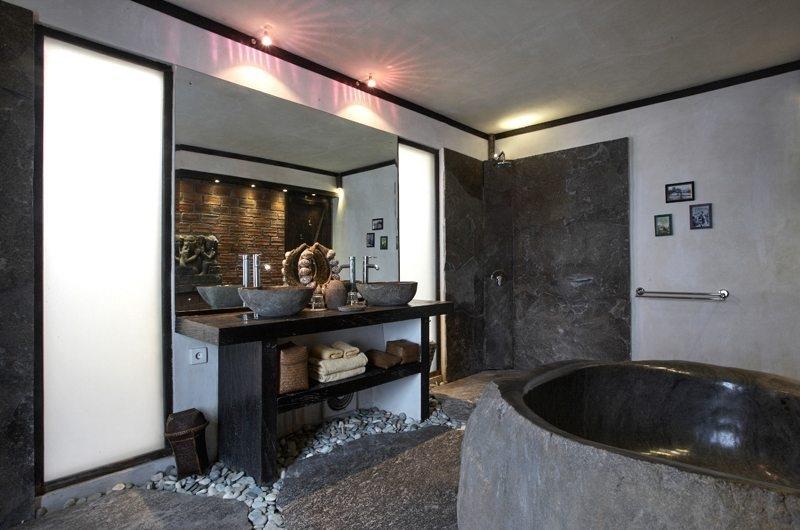 En-Suite Bathroom with Bathtub - Villa Jempiring - Seminyak, Bali
