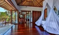 Bedroom and Balcony - Villa jukung - Candidasa, Bali