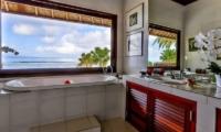 Bathroom with Bathtub - Villa jukung - Candidasa, Bali