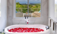 Bathtub with Rose Petals - Villa Kalibali - Uluwatu, Bali