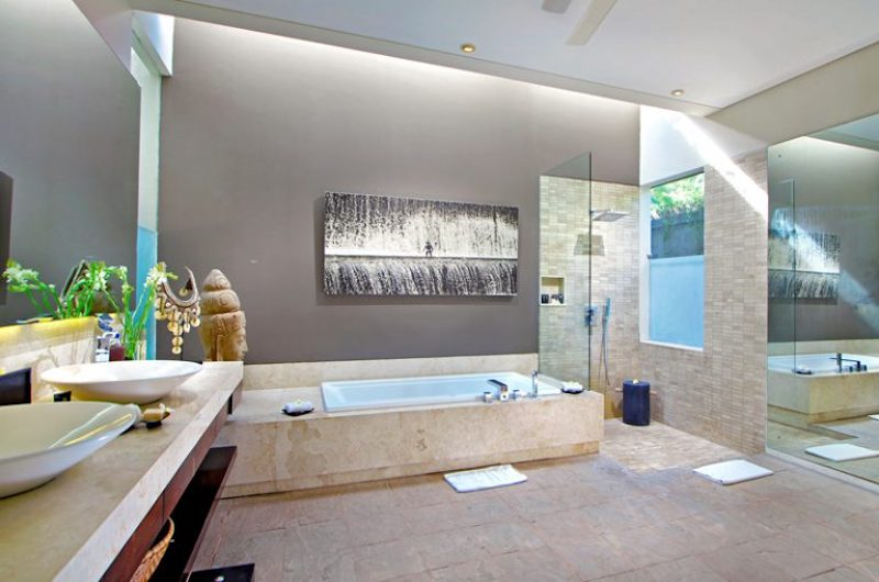 En-Suite His and Hers Bathroom with Bathtub - Villa Kalyani - Canggu, Bali
