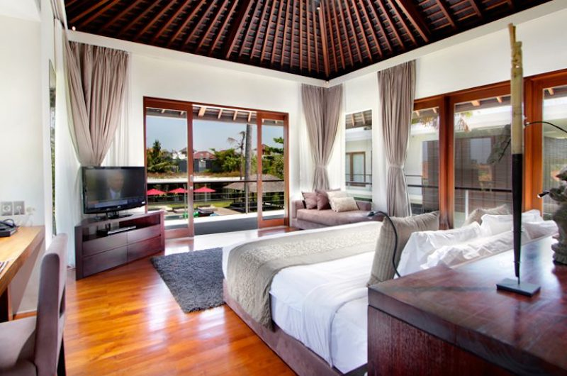 Bedroom with Wooden Floor and TV - Villa Kalyani - Canggu, Bali