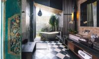 Bathroom with Bathtub - Villa Kayajiwa - Canggu, Bali