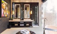 En-Suite Bathroom with Bathtub - Villa Kayajiwa - Canggu, Bali