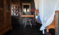 Bedroom with Wooden Floor - Villa Keong - Tabanan, Bali
