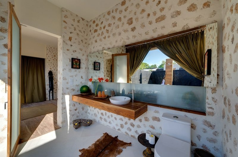Spacious Bathroom - Villa Kingfisher - Nusa Lembongan, Bali