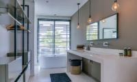 En-Suite Bathroom with Bathtub - Villa Ladacha - Canggu, Bali