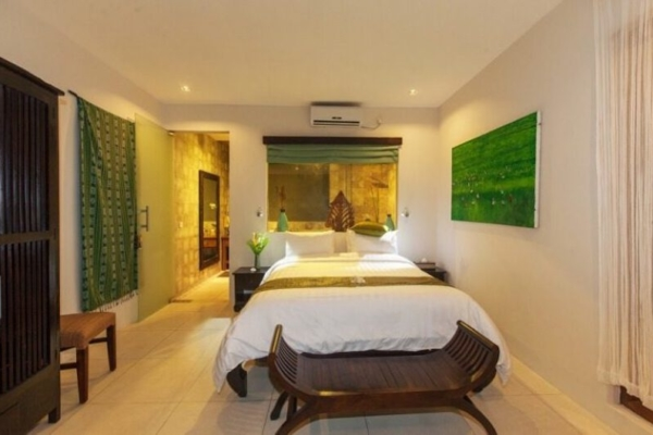 Bedroom and En-Suite Bathroom - Villa Liang - Batubelig, Bali