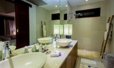 His and Hers Bathroom with Mirror - Villa Lucia - Candidasa, Bali