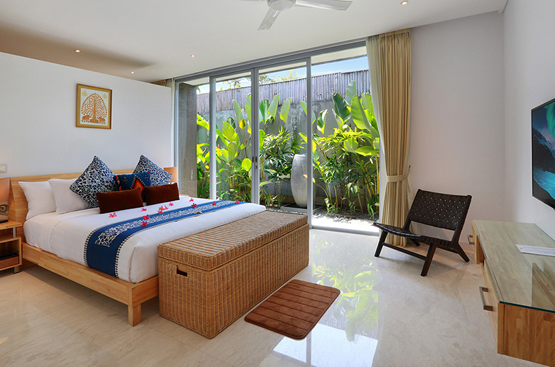 Bedroom with TV - Villa Luna Aramanis - Seminyak, Bali