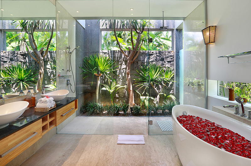 Romantic Bathtub Set Up - Villa Luna Aramanis - Seminyak, Bali