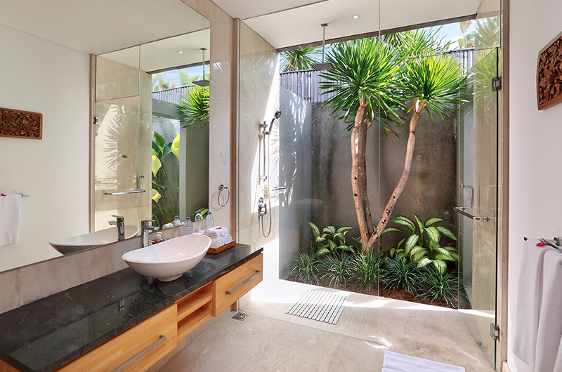 Semi Open Bathroom with Shower - Villa Luna Aramanis - Seminyak, Bali