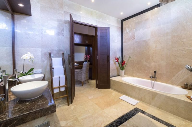His and Hers Bathroom with Bathtub - Villa Luwih - Canggu, Bali