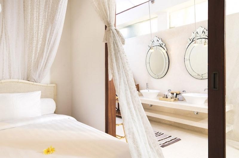 Bedroom and En-Suite Bathroom - Villa Mako - Canggu, Bali