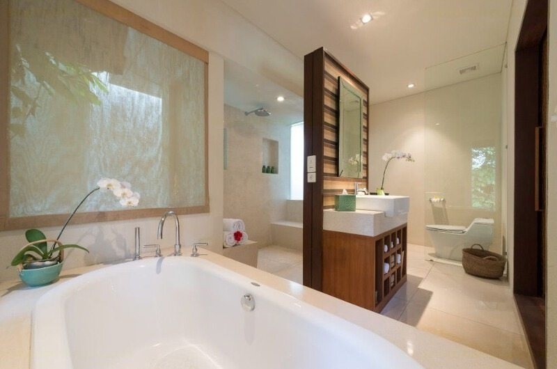 En-Suite Bathroom with Bathtub - Villa Mata Air - Canggu, Bali
