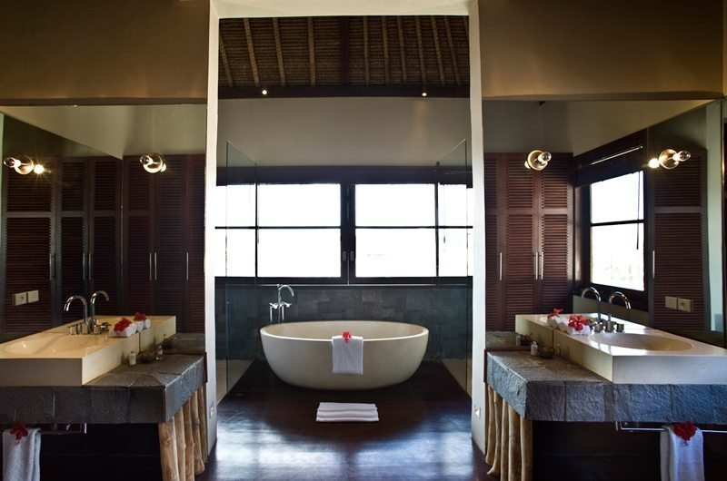 En-Suite Bathroom with Bathtub - Villa Melissa - Pererenan, Bali