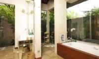 Bathroom with Bathtub - Villa Melissa - Pererenan, Bali