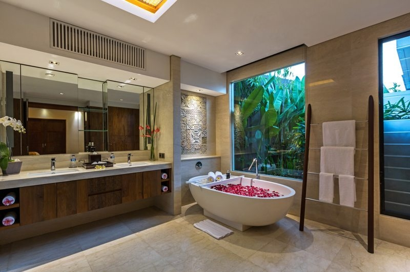 Bathtub with Rose Petals - Villa Meliya - Umalas, Bali