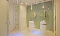 En-Suite Bathroom with Mirrors - Villa Minggu - Seminyak, Bali