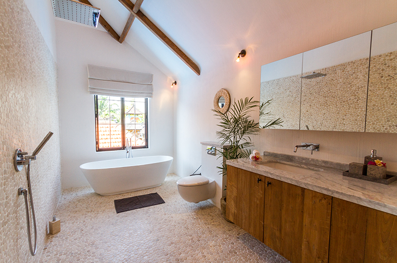 En-Suite Bathroom with Bathtub - Villa Nehal - Umalas, Bali