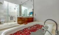 Bathroom with Bathtub - Villa Oceana - Candidasa, Bali