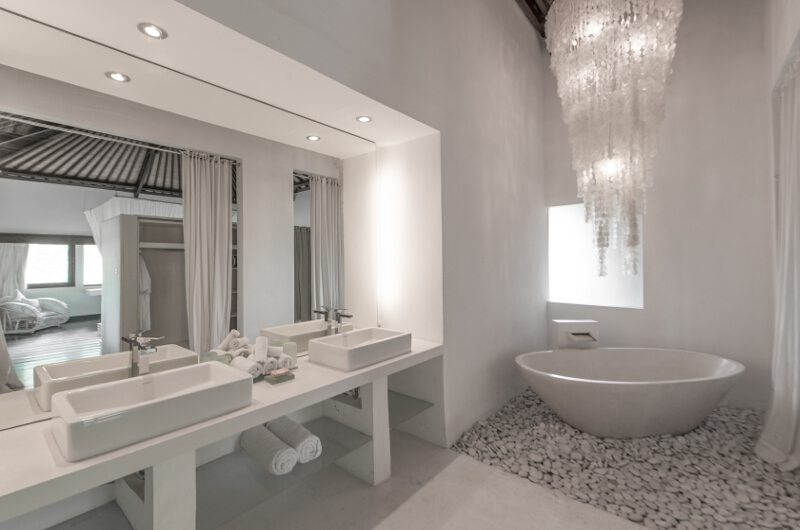 His and Hers Bathroom with Bathtub - Villa Palm River - Pererenan, Bali