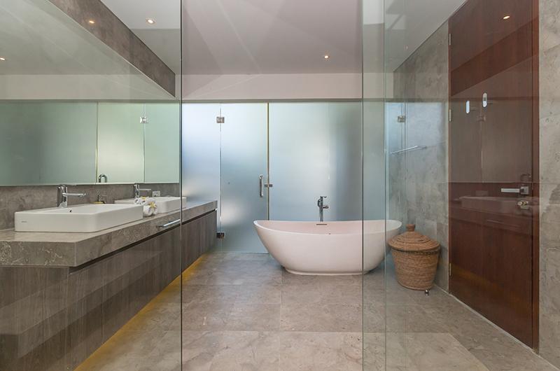 En-Suite Bathroom with Bathtub - Villa Roemah Natamar - Canggu, Bali