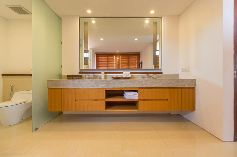 Bathroom with Mirror - Villa Rusa Biru - Canggu, Bali