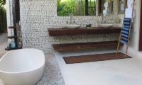 His and Hers Bathroom with Bathtub - Villa Samudera - Nusa Lembongan, Bali