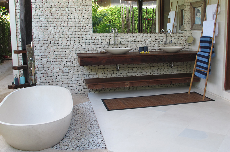 His and Hers Bathroom with Bathtub - Villa Samudera - Nusa Lembongan, Bali