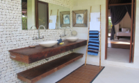 Bedroom and Bathroom - Villa Samudera - Nusa Lembongan, Bali