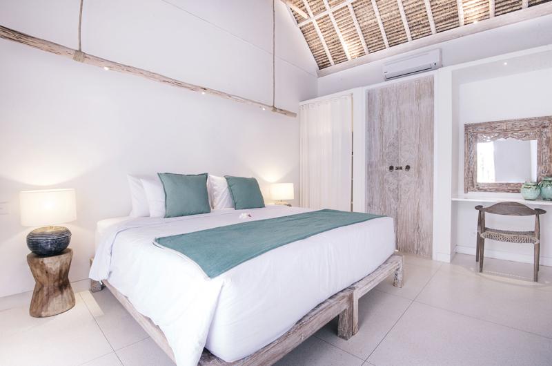 Bedroom with Table Lamps - Villa Sari - Nusa Lembongan, Bali