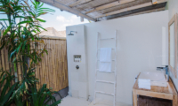 Bathroom with Shower - Villa Sari - Nusa Lembongan, Bali