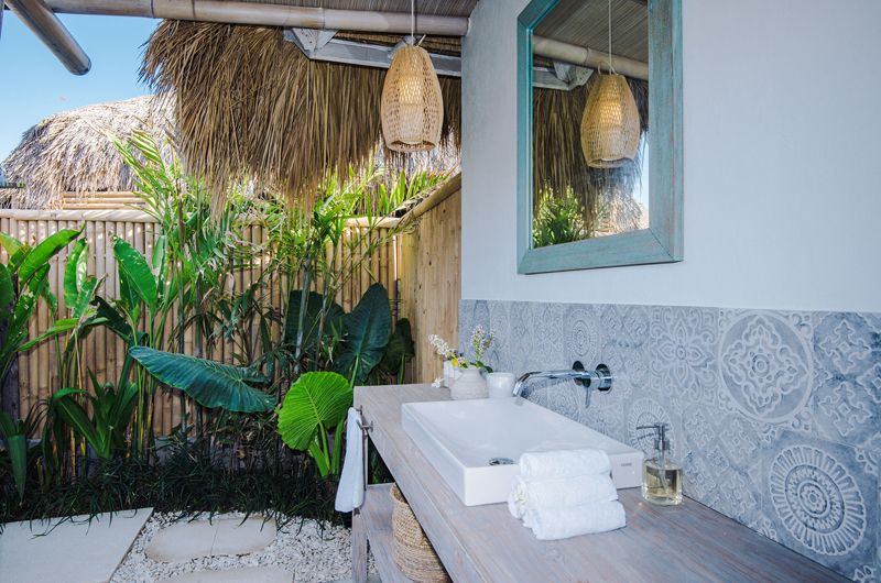 Semi Open Bathroom with Mirror - Villa Sari - Nusa Lembongan, Bali