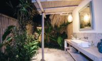 Semi Open Bathroom - Villa Sari - Nusa Lembongan, Bali