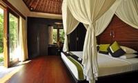 Bedroom with Wooden Floor - Villa Sasoon - Candidasa, Bali
