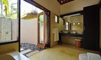 En-Suite Bathroom with Shower - Villa Sasoon - Candidasa, Bali