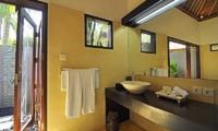 Bathroom with Mirror - Villa Sasoon - Candidasa, Bali