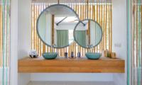 Bathroom with Mirror - Villa Seascape - Nusa Lembongan, Bali