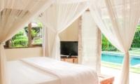 Bedroom with Pool View - Villa Senang - Batubelig, Bali