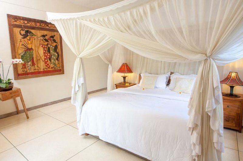 Bedroom with Mosquito Net - Villa Senang - Batubelig, Bali