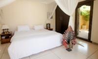 Bedroom with Table Lamps - Villa Senang - Batubelig, Bali