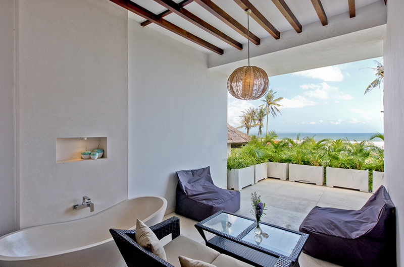 En-Suite Bathroom with Seating Area - Villa Shaya - Canggu, Bali