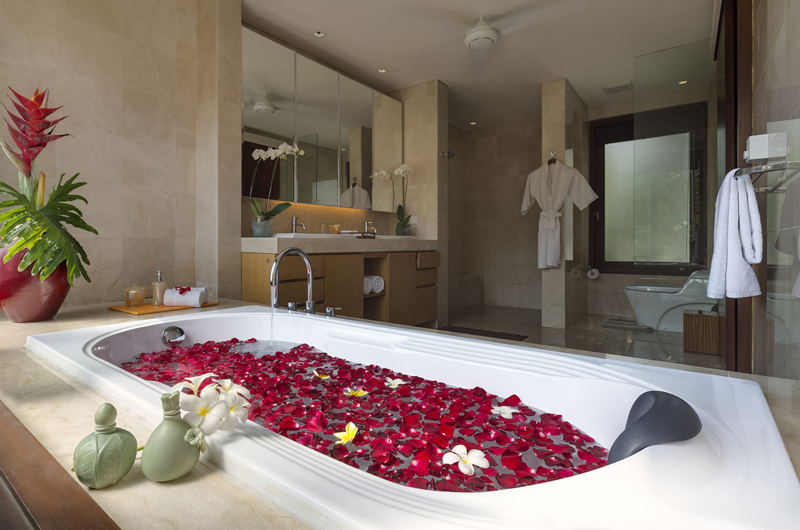 Bathtub with Rose Petals - Villa Shinta Dewi Ubud - Ubud, Bali